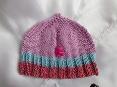 bonnet bébé en coton doux satiné parme ou violet avec cotes à rayures bleues ciel et fuchsia chiné : Mode Bébé par bebelaine