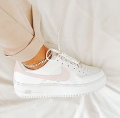 Dr Shoes, Cute Nike Shoes, Cute Nikes, Cute Sneakers, Hype Shoes, Me Too Shoes, Cute Nike Outfits, Shoes Sneakers, Nike Shoes Outfits