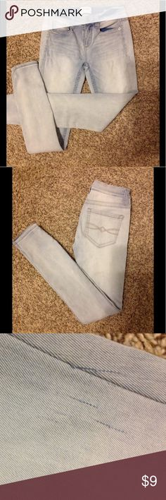Light wash jeans, really comfortable These jeans are super soft and comfy, they have a few snags hardly noticeable Mudd Jeans Skinny