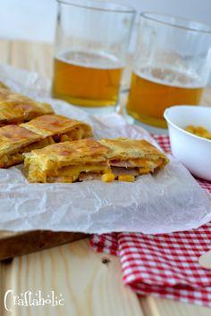 """Ένα """"σουφλέ"""" με γαλοπούλα, τυρί, καλαμπόκι και μανιτάρια που φτιάχνεται στο λεπτό με φύλλο σφολιάτας. Για το πάρτυ και τον μπουφέ, αλλά και για όλες τις ώρες! Appetizer Salads, Appetizers, Apple Pie, French Toast, Breakfast, Desserts, Recipes, Food, Morning Coffee"""