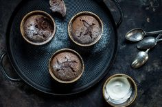 Try Warm chocolate cup cakes by FOOBY now. Or discover other delicious recipes from our category desserts. Chocolate Delight, Chocolate Cups, Melting Chocolate, New Recipes, Cooking Recipes, Cupcakes, Köstliche Desserts, Food Trends, Desert Recipes