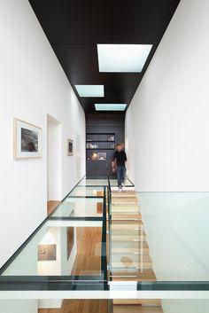 un plancher en verre, plafond noir, escalier en verre, idée comment aménager chez soi