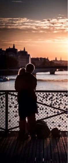 Leave a locket on the fence and throw the key in the water. Romance. | Pont des Arts Bridge, Paris