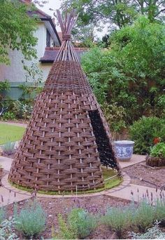 Large backyard landscaping ideas are quite many. However, for you to achieve the best landscaping for a large backyard you need to have a good design. Cheap Landscaping Ideas, Large Backyard Landscaping, Willow Weaving, Basket Weaving, Patio Grande, Backyard For Kids, Backyard Ideas, Outdoor Lighting Landscape, Teepee Kids