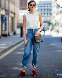 Fashion Aesthetic Mom Jeans Outfits With Fancy Accessories Street Look, Street Style, Outfit Jeans, Cropped Jeans, Skinny Jeans Kombinieren, Plain White Sneakers, Capsule Wardrobe Mom, Simple Summer Outfits, Denim Look