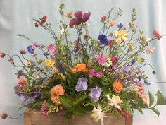 De lente schenkt de mooiste bloemen voor een natuurlijk rouwstuk. Alleen met bloemen uit de tuin krijg je een stuk zo mooi luchtig Funeral Floral Arrangements, Love Garden, Funeral Flowers, Wild Flowers, Beautiful Flowers, Poppies, Amsterdam, Floral Wreath, Projects To Try