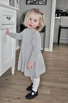 Poncho Knitting Patterns, Knitting Blogs, Knitted Poncho, Knitting For Kids, Crochet Dress Girl, Knit Baby Dress, Crochet Baby, Knit Baby Shoes, Baby Barn