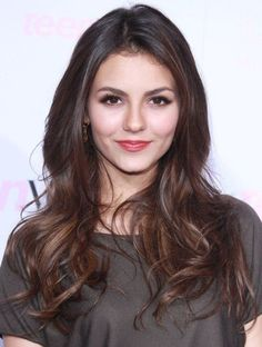 Victoria Justice introduces more ideas to your hair styling. 2015 Hairstyles, Cool Hairstyles, Long Brunette Hairstyles, Brown Hairstyles, Casual Hairstyles, Beautiful Hairstyles, Brunette Beauty, Hair Beauty, Brunette Ombre