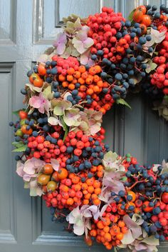 florystyka nowoczesna - Szukaj w Google Wreaths And Garlands, Xmas Wreaths, Autumn Wreaths, Fall Flowers, Dried Flowers, Xmas Decorations, Flower Decorations, Deco Table Noel, Autumn Crafts