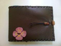 Agenda de cuero pequeña con aplicación flor cuero pintado.