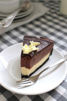 Tässä aivan älyttömän hyvän suklaamoussejuustokakun ohje! Kakku voi aluksi vaikuttaa monimutkaiselta ja aikaa vievältä p...