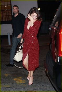 Selena Gomez Looks Elegant While Stepping Out for a Broadway Show!: Photo Selena Gomez looks gorgeous as ever while taking in a Broadway play! Vestido Selena Gomez, Selena Gomez Outfits, Selena Gomez Style, Casual Outfits, Fashion Outfits, Womens Fashion, Mode Hippie, Marie Gomez, Mode Style