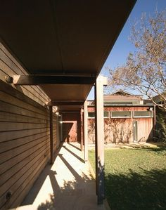 Pittwater House (2002): A courtyard allows for time together or apart, protected from the wind.
