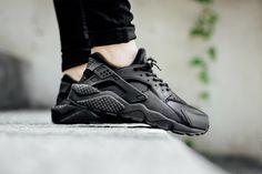 NIKE AIR HUARACHE WMNS (TRIPLE BLACK) - Sneaker Freaker