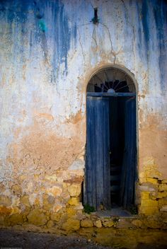 "https://flic.kr/p/4NxmmW | Der Zahn der Zeit nagt und färbt | The ravages of time gnaws and tints. Seen on a walk through Praia do Carvoeiro, Portugal.  <a href=""http://loc.alize.us/#/flickr:2495746086"" rel=""nofollow"">See where this picture was taken.</a> <a href=""http://www.flickr.com/groups/geotagging/discuss/72157594165549916/"">[?]</a>"