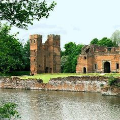 The picturesque remains of Kirby Muxloe Castle tell an interesting tale. Lord Hastings, a close friend of King Edward IV, started work on the fortified mansion in 1480.