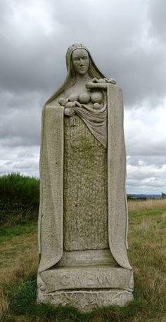 """Vallée des Saints, Carnoët. Santez Gwenn """"Teirbron"""" = Saint Gwenn aux trois seins (parce que mère de trois enfants, dont saint Gwenolé)"""