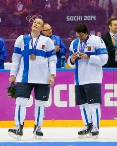 Teemu Selänne (oik.) tutkii pronssimitaliaan. Finland Culture, Crazy People, Ice Hockey, Olympics, Athlete, Blue And White, Events, Baseball Cards, Sports