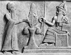 Particolare della stele di Ur-Namma. Il re Ur-Nammu compie una libagione di fronte al dio Luna Nannar.