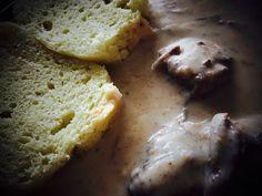 Svíčková omáčka patří mezi českou klasiku na našem stole. Svíčková omáčka se připravuje z kořenové zeleniny a smetany. Omáčka se podává s dobrým hovězím masem a houskovým knedlíkem. Pokud chcete překvapit rodinu slavnostnějším obědem připravte si svíčkovou omáčku podle Našeho receptu. Příprava ač se zdá není složitá. Korn, Bread, Breads, Baking, Buns, Grains