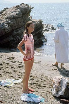 British actress Audrey Hepburn on the beach during a pause on the set of Two For the Road. In the Background an unidentified person. 1967 Get premium, high resolution news photos at Getty Images Style Audrey Hepburn, Audrey Hepburn Quotes, Audrey Hepburn Fashion, Audrey Hepburn Birthday, Non Plus Ultra, The Beach, My Fair Lady, Before Wedding, Black Turtleneck
