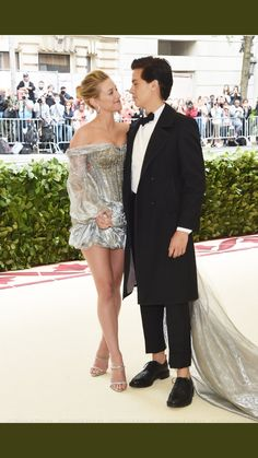 Riverdale's Cole Sprouse & Lili Reinhart Make Red Carpet Debut at Met Gala Photo Riverdale stars Cole Sprouse and Lili Reinhart pose together at the 2018 Met Gala held at the Metropolitan Museum of Art on Monday (May in New York City. Lily Cole, Betty Cooper, Kj Apa Riverdale, Riverdale Betty, Riverdale Memes, Cole Sprouse Wallpaper, Lili Reinhart And Cole Sprouse, Cole Sprouse Jughead, Riverdale Cole Sprouse