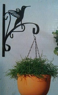 Metal Plant Hangers, Garden Wall Designs, Wrought Iron Decor, House Front Design, Iron Furniture, Flower Pots, Flowers, Iron Work, Metal Projects