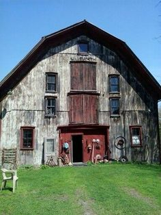 Farm style house - 141 Amazing Old Bams and Farms Photos – Farm style house Farm Barn, Old Farm, Mansion Homes, Barn Homes, Country Barns, Country Life, Country Living, Barn Living, Country Roads