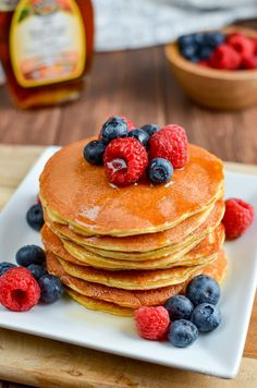most delicious, Fluffy Syn Free American Style Pancakes that you will ever make. A perfect breakfast or dessert. Gluten Free, Vegetarian, Slimming World and Weight Watchers friendly Slimming World Pancakes, Slimming World Cake, Slimming World Desserts, Slimming World Breakfast, Slimming World Recipes Syn Free, Dessert Simple, Syn Free Pancakes, Keto Pancakes, Blueberry Pancakes