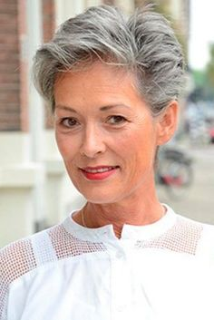 10 vlotte korte kapsels speciaal bedoeld voor dames met natuurlijk grijs haar. - Kapsels voor haar