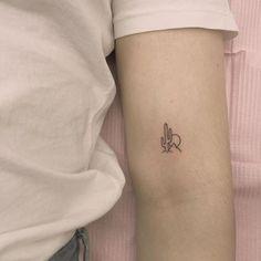 Mini Tattoos, Tiny Wrist Tattoos, Tiny Tattoos For Girls, Bff Tattoos, Neue Tattoos, Feather Tattoos, Friend Tattoos, Small Tattoos, Tattoos For Women