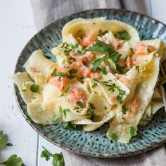 Salmon meets pasta: 11 delicious recipes for salmon noodles Source by hannagambetta Salmon Recipes, Fish Recipes, Pasta Recipes, Recipe Pasta, Austrian Recipes, Austrian Food, How To Cook Pasta, Pasta Salad, Kitchens
