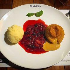 Petit Gâteau de Doce de Leite com sorvete artesanal de vanilla e calda de frutas vermelhas... a sobremesa dos sonhos   #Madero #PetitGateau #Sobremesa #DocedeLeite #Sorvete #Vanilla #Baunilha #FrutasVermelhas #Calda #Dessert @JuniorDurski :: Imagem por @fabiboner