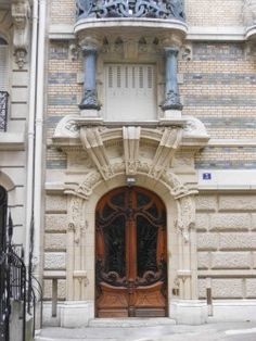 Number 3 square Rapp. This is the work of Jules Lavirotte (1864-1928), one of France's most brilliant and fearless Art Nouveau architects and designers.