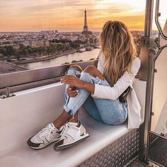 What a beautiful way to spend your evening in paris! Watching the Eiffel tower and the sun down isn't just extremely romantic? Europe Fashion, Paris Fashion, 90s Fashion, City Fashion, Fashion Clothes, Fashion Outfits, Paris Outfits, Beautiful Paris, Travel Wardrobe