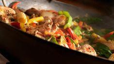 Kip in de wok met groenten en noedels