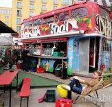 Hektikfood de Berlim é um restaurante de dois andares em um um Vintage de ônibus de dois andares britânico        Read more: Berlin's Hektikfood is a Two-Story Restaurant in an a Vintage British Double-Decker Bus | Inhabitat - Sustainable Design Innovation, Eco Architecture, Green Building