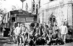 DIVISIÓN AZUL: Rusia, 1943.- Voluntarios españoles de la División Azul posan junto a una antigua iglesia. EFE/Archivo Alfredo Calvo/jgb