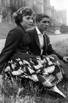 Late vintage fashion style novelty print skirt words graphic Brian Cousins and Jean Ringforth of Hornsey in London, 1959 Vintage Street Fashion, Fifties Fashion, Modern Vintage Fashion, Retro Fashion, Vintage Style, Fifties Style, Teen Fashion, Fashion Women, Tommy Ton