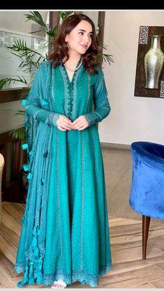 Beautiful Pakistani Dresses, Pakistani Formal Dresses, Pakistani Fashion Party Wear, Pakistani Dress Design, Casual Indian Fashion, Indian Fashion Dresses, Indian Designer Outfits, Stylish Dresses For Girls, Stylish Dress Designs