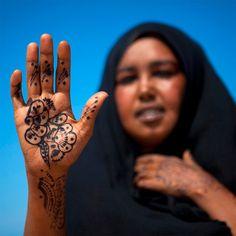 "Africa | ""Salam aleikoum with henna - Somaliland"". Berbera, Woqooyi Galbeed, Somalia | ©Eric Lafforgue"