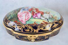 Porta jóias em porcelana francesa de Sèvres, do séc XIX, assinado Poirson. Decoração com cena de galanteio e enriquecido com arabescos a ouro. Interior com pinturas florais e guarnecido por bronze cinzelado. Marcado na base. Medindo 14 x 35 x 22 cm.