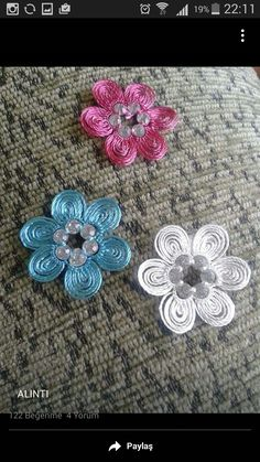 This Pin was discovered by Hob Embroidery Hoop Art, Ribbon Embroidery, Embroidery Stitches, Needle Tatting, Needle Lace, Crochet Flowers, Fabric Flowers, Crochet Unique, Brazilian Embroidery