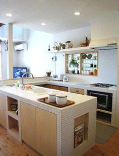 アイランドキッチンは、かなりスペースをとりますから、ある程度の広さがないと難しい・・・。日本の住宅事情だと、すこしコンパクトな感じに。