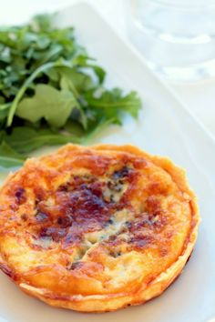 quiche de queso azul y cebolla caramelizada Quiches, Finger Food Appetizers, Appetizer Recipes, Spanish Dishes, Savory Tart, Quiche Lorraine, Healthy Cooking, Cooking Time, Tapas