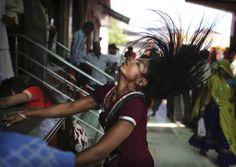Kama Kheda, Rajasthan, Indien, 24. April 2012:  Eine Hindu-Anhängerin bewegt sich in Trance während einer religiösen Zeremonie im Balaji-Kama-Kheda-Tempel im indischen Bundesstaat Rajasthan. Die Segnungen beim Besuch des Tempels sollen böse Geister abwehren.