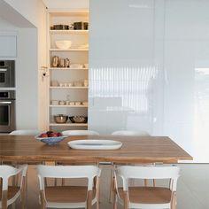 Pausa na viagem para inspirar a decor da sua sala com esse louceiro moderno, fechado por três folhas de correr em vidro branco...  {Projeto: Consuelo Jorge}