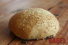 Burgerbolle med sesam - et sikkert valg til din burger. Bagt i dansk industribageri.