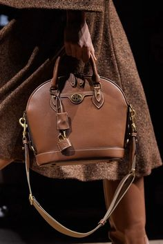 Michael Kors Collection Fall 2020 Ready-to-Wear Collection - Vogue Cheap Michael Kors, Handbags Michael Kors, Vogue Paris, Unisex Clothes, 2020 Fashion Trends, Michael Kors Collection, Mannequins, Bucket Bag, Fashion Backpack