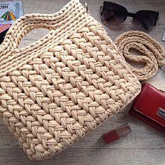 Ставим ❤️ и листаем ⏩, чтобы посмотреть внутренний мир сумочки - - Май...самый любимый месяц месяц, когда можно наслаждаться теплом (да да, именно теплом, а не жарой, которую я не переношу) время, когда мы обновляем гардероб к лету и конечно же это намёк на новенькие сумочки и рюкзаки - - - На фото моя любимая модель - сумка узором косы она с подкладкой и кармашком для ключей, закрывается на молнию Все, кто ценит ручной труд, понимают, как это приятно, когд...